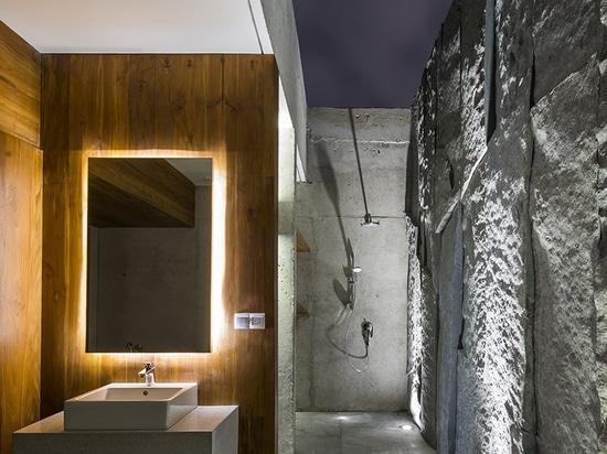 La villa des architectes de MM++ au Vietnam emploie le bungalow en verre escamotable pour la vue d'océan unique