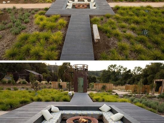 Une oasis unique d'arrière-cour a été conçue pour cette maison, avec des un grand choix des places assises, y compris un salon submergé