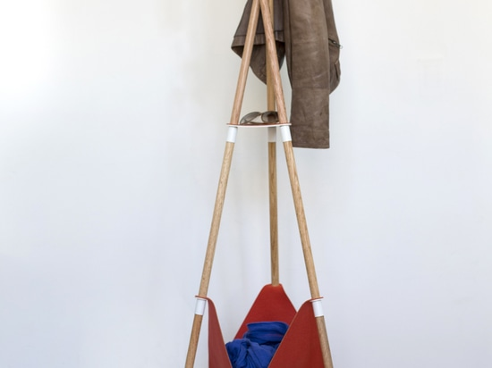 Le stand de manteau de Teepee est facilement démonté et peut être employé pour tenir vos pièces de monnaie, verres, clefs, manteau et plus.