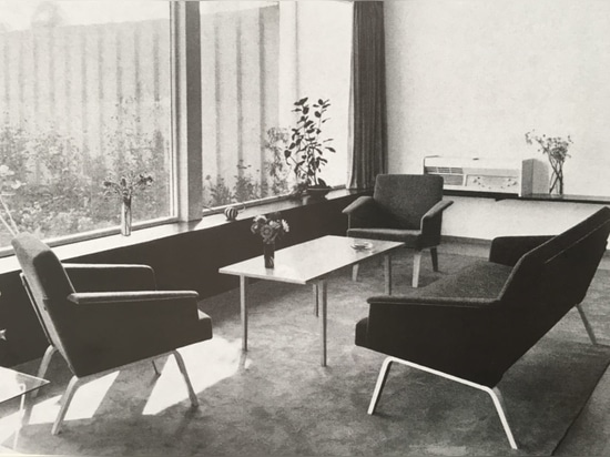 En 1957, Herbert Hirche dessine le vaste programme 480 de fauteuils et canapés avec de beaux piétements en bois massif (en bas). Les sièges de la variante 486 avaient des pieds en bois lamellé moul...