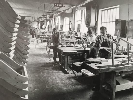 À l'instar de toutes les « usines » de chaises de la région, jusqu'au milieu des années cinquante, Wilkening & Hahne était en somme une grande entreprise artisanale.
