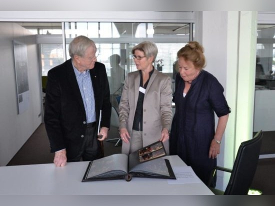 Friso Kramer (à gauche) avec son épouse Netti (à droite) et Gisela Hahne (au centre). Photo : Wilkhahn