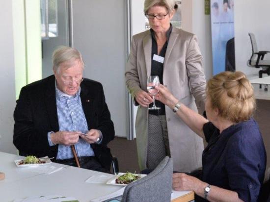Friso Kramer (à gauche) avec Gisela Hahne (au centre) et son épouse Netti (à droite). Photo : Wilkhahn