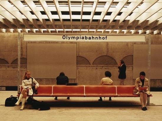 Une légende : le programme de banquettes de salle d'attente 1200 d'après le design de Friso Kramer, installé notamment dans la gare olympique de Munich en 1972. Photo : Wilkhahn