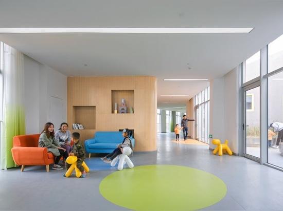 le complexe de jardin d'enfants à Changhaï par la masse de bureau est formé comme le symbole d'infini