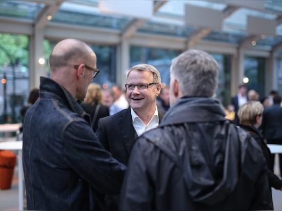 Avant la fête : Dr Jochen Hahne, gérant de Wilkhahn, en discussion avec les designers Jürgen Laub et Markus Jehs (jehs + laub). Photo : Wilkhahn