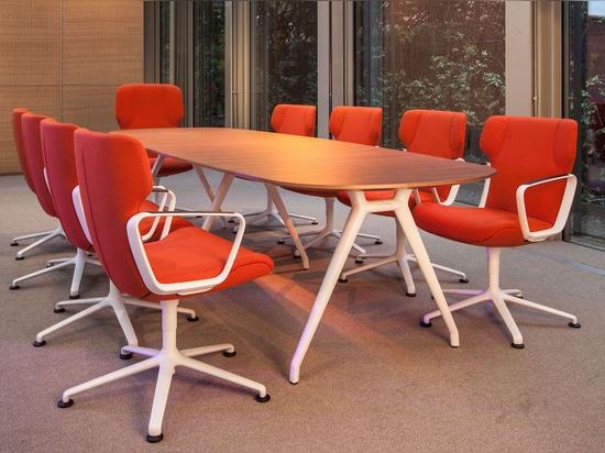 Configuration conférence avec Intra en rouge et blanc à Milan.