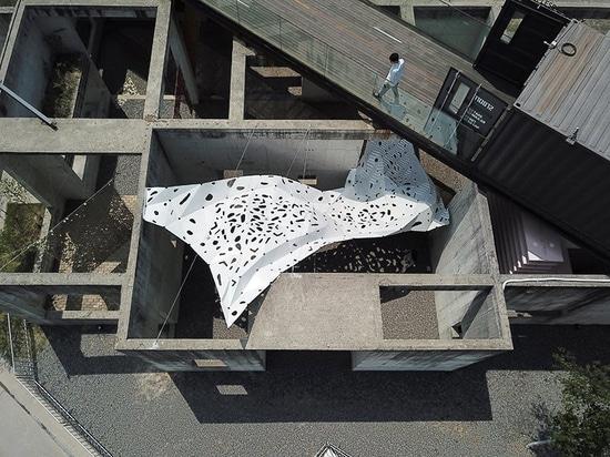 yong ju lee installe la voilure'en forme de vent' pour simuler le mouvement fluide du tissu