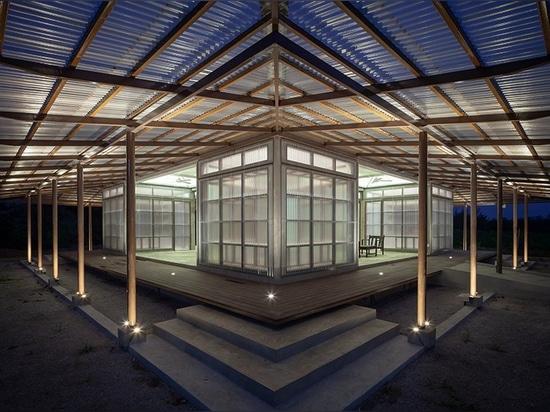junsekino construit une bibliothèque translucide pour une communauté rurale thaïlandaise