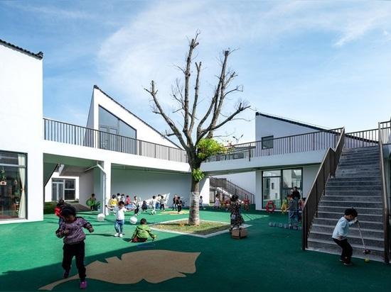"""jardin d'enfants en Chine rurale organisé comme un """" mini village """" de volumes dispersés"""