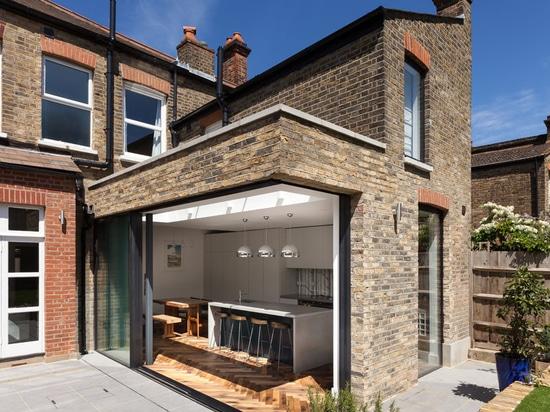 La brique récupérée a été utilisée pour l'agrandissement de cette maison victorienne à Londres