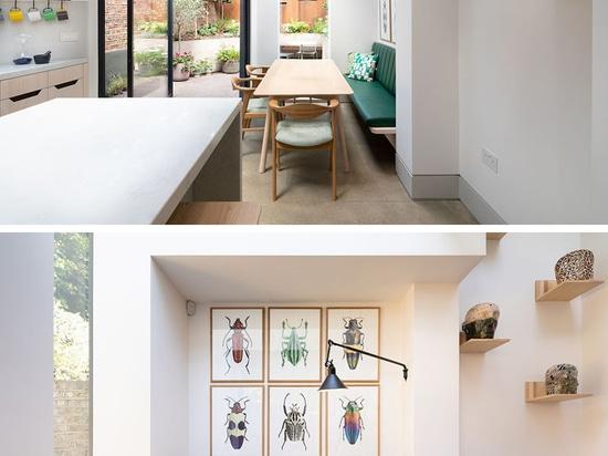 Une rallonge arrière avec une porte pivotante en verre a été ajoutée à cette maison de Londres