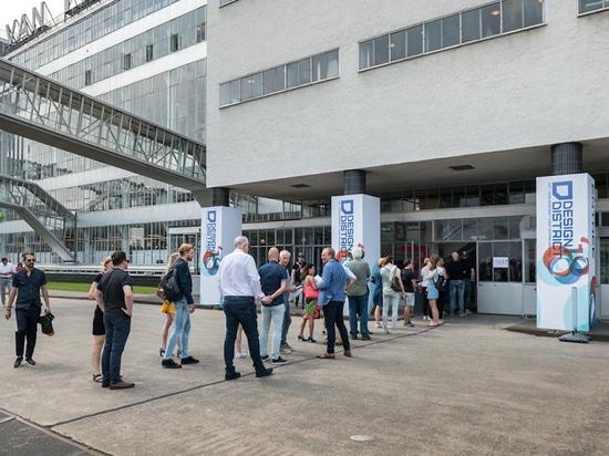 Une foule attend pour entrer dans l'usine Van Nelle pendant le Design District Rotterdam (voici une photo de 2018, source : Design District Rotterdam).