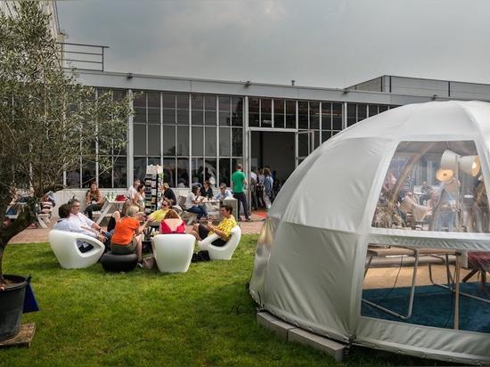 Une ambiance décontractée à l'extérieur de l'usine Van Nelle. Photo : Design District Rotterdam
