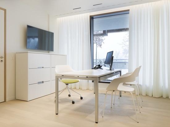 Ergonomie de haut niveau : le Medical Center du Waldhotel au sommet du Bürgenstock mise sur le confort des sièges avec Occo (design : Jehs+Laub) et Neos (design : wiege). Photo : © Identi AG, photo...