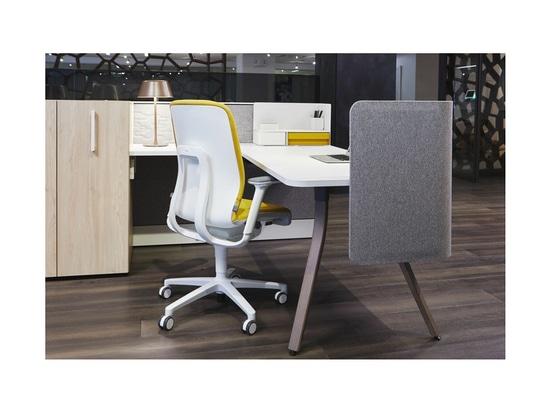 Wilkhahn Occo (design : Jehs + Laub) et chaise de bureau AT dans le showroom Teknion lors du NeoCon 2019 à Chicago. Photos : Teknion