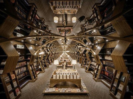 x+living combine des structures en bois et des miroirs dans une librairie chinoise fascinante