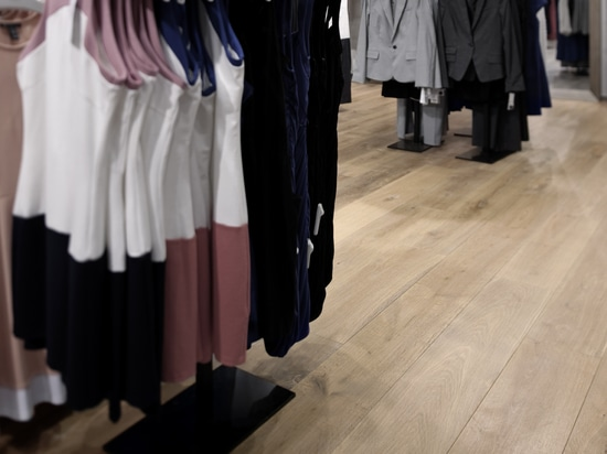 Dennebos a conçu un plancher en chêne dans une couleur personnalisée.