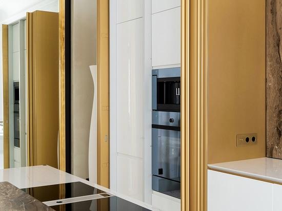 Cuisine avec décoration de porte tridimensionnelle sur mesure