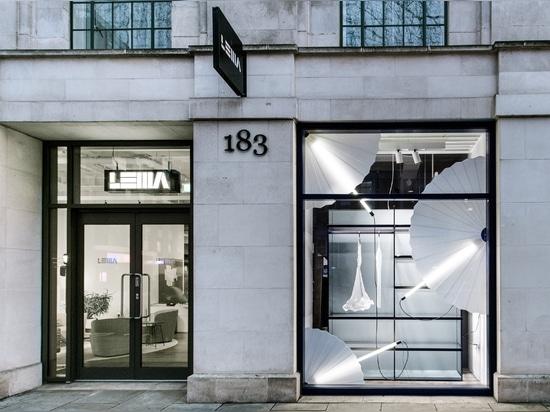 Lema raconte l'histoire d'une année d'exposition de vitrines au Showroom de Londres
