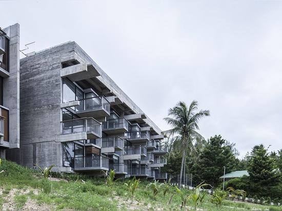Patchara+ Ornnicha Architecture conçoit un hôtel avec de superbes balcons allongés sur une colline sereine