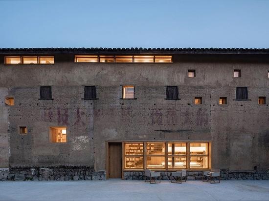 Atelier Tao+C convertit un vieux bâtiment en hôtel capsule avec des panneaux en polycarbonate ondulé en Chine