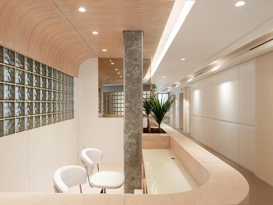 Une palette de couleurs minimale et riche pour embrasser la diversité dans cet intérieur pour un studio de yoga au Koweït