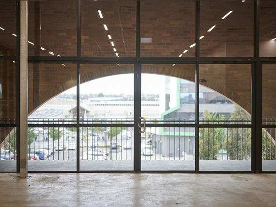 Kerstin Thompson Architects transforme l'hôtel de ville de banlieue