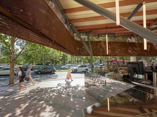 Le nouveau café du Centre des arts est recouvert d'un rideau de bronze