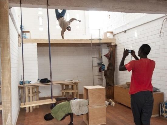 Des briques de terre locales forment cet espace de travail inspirant à Ouagadougou