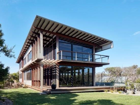 Une maison alimentée par l'énergie solaire offre une vue sur la canopée des arbres dans toutes les directions