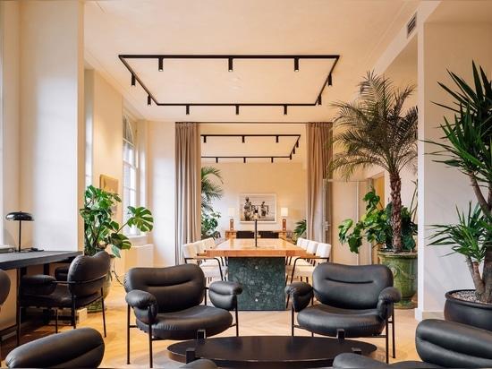Fosbury & Sons transforment un bâtiment emblématique d'Amsterdam en espaces de travail contemporains