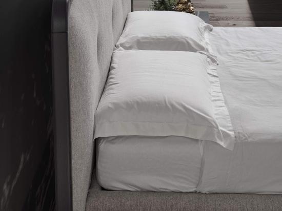 Oreillers ConteBed sur son lit de jument.