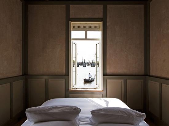 Space&Matter transforme les anciennes maisons du pont d'Amsterdam en un minuscule hôtel SWEETS