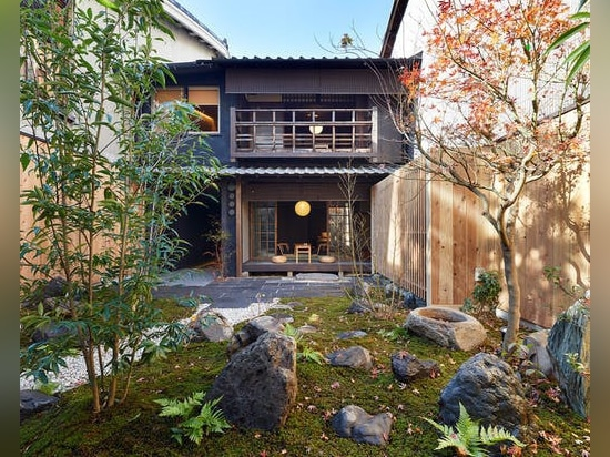 Mélangeant l'architecture traditionnelle japonaise et l'architecture moderne, cette maison d'hôtes de Kyoto est un étourdissement silencieux