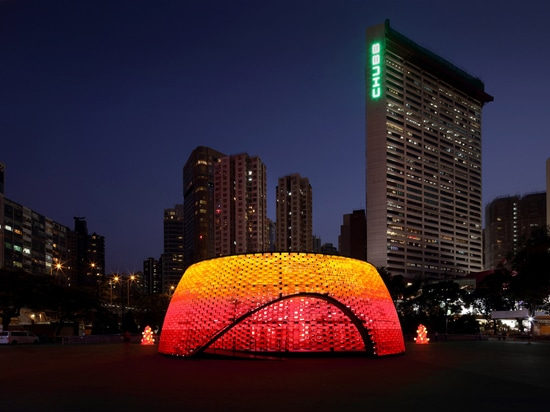 Daydreamers Design crée un pavillon couleur flamme à partir de briques plastiques recyclées