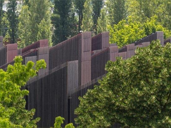 """Un immeuble de bureaux utilise 112 cheminées """"intelligentes"""" pour réguler la lumière, l'air et l'énergie"""