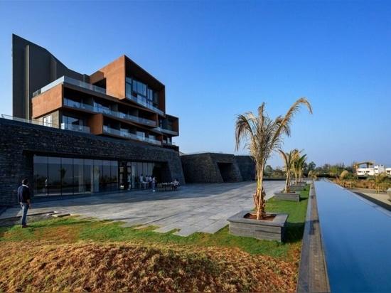 Ouverture d'un hôtel alimenté par l'énergie solaire dans une région viticole de l'Inde
