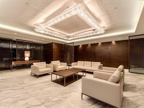 Un KOI majestueux dans un hall d'entrée VIP