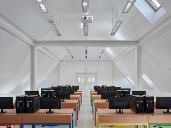 L'Atelier public et FUUZE transforment le presbytère en école colorée