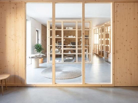 Nordest Arquitectura utilise des cloisons en bois pour transformer une vieille grange en bureaux pour son atelier