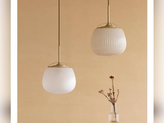 """Le ventilateur traditionnel chinois rencontre le design des luminaires dans la """"lampe ogi"""" de yen-hao, chu"""