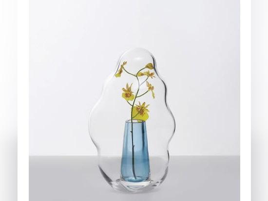 Les cagoules de fleurs en verre du studio Yuhsien Design ressemblent à des bulles figées dans le temps
