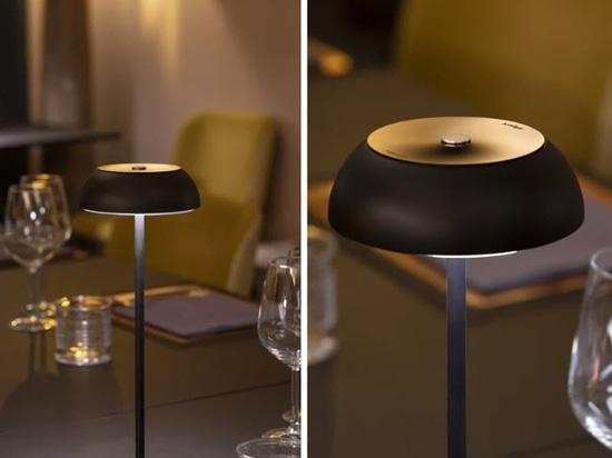 La lampe flottante portable Axolight s'adapte comme lampe murale, lampe de sol, lampe de table et lampe de plafond
