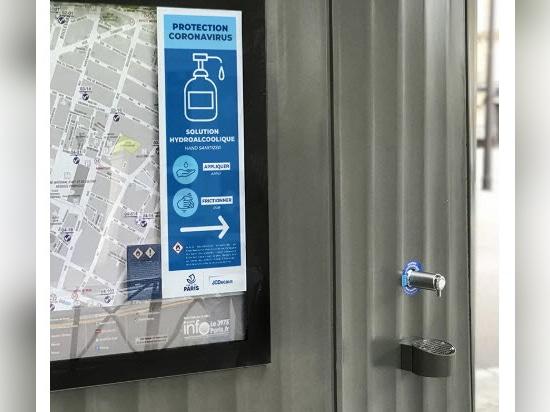 Patrick Jouin installe des distributeurs gratuits de désinfectant pour les mains dans la région parisienne