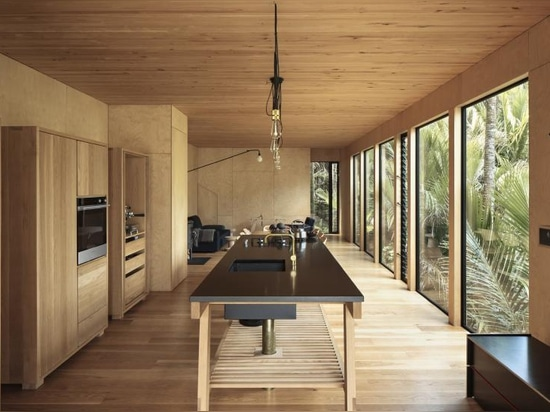 Karekare Bach réunit le design, l'architecture et la nature en Nouvelle-Zélande
