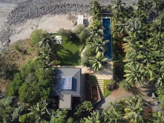 Une maison côtière alimentée à l'énergie solaire s'ouvre sur la mer d'Oman