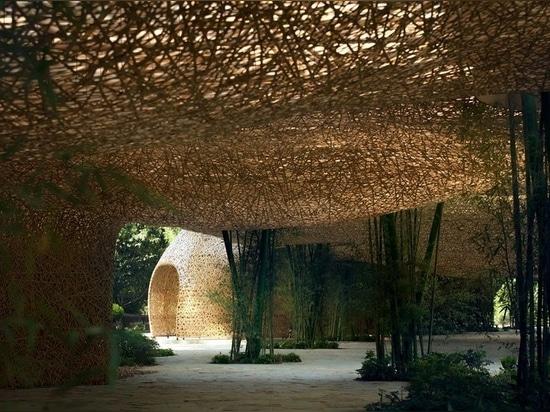 L'architecture légère en bambou introduit la magie d'un théâtre de plein air en Chine