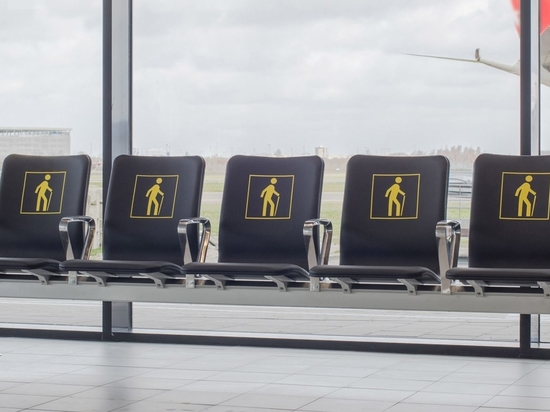 """Richard Hutten fait fondre les vieux fauteuils de l'aéroport pour un nouveau système de sièges """"radical"""""""