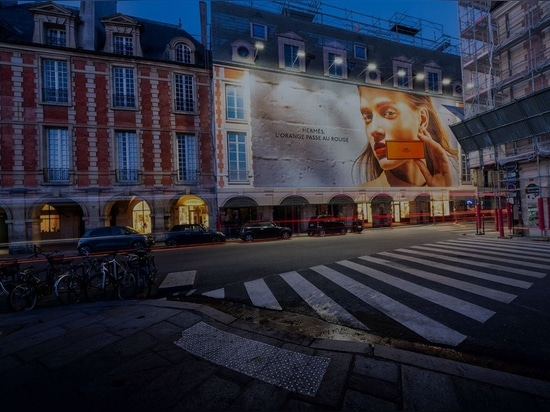 Panneau d'affichage grand format sur la place Vosges, à Paris. Photo mise en ligne le 16 juillet 2020. Avec l'aimable autorisation de LightAir.